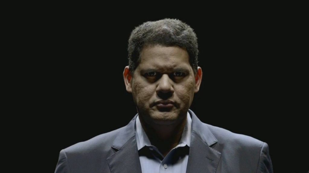 Una curiosa foto di Reggie Fils-Aime mentre guarda l'XBox One S all'E3