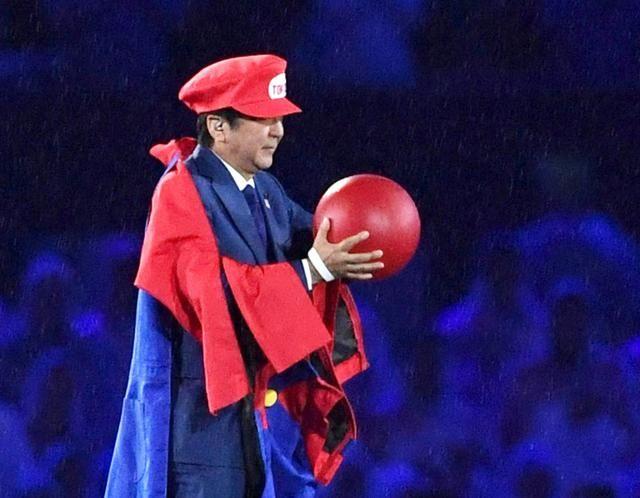 Shinzo Abe vestito da Super Mario a Rio 2016